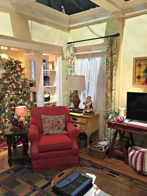 the-real-oneals-living-room